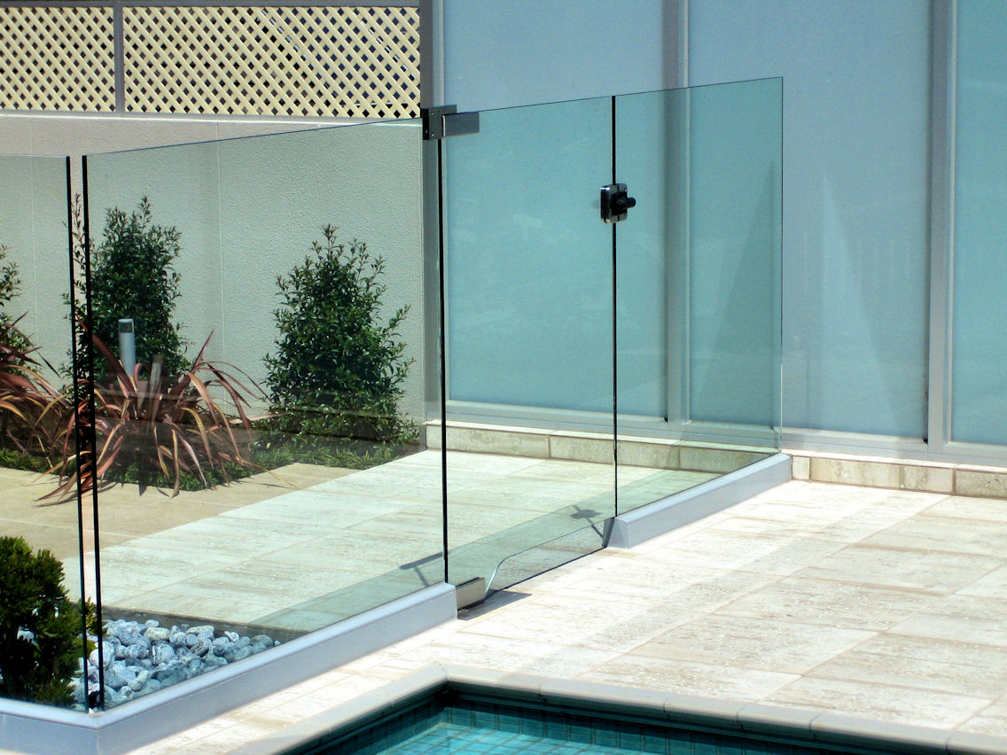 Frameless glass with aluminium channel