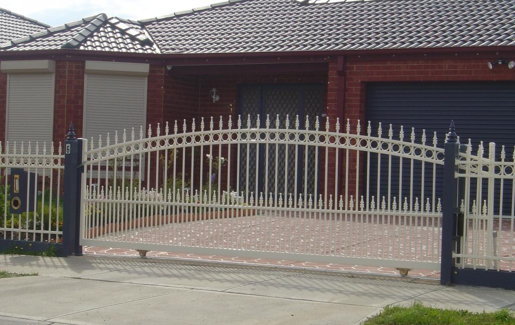 Arched sliding gate